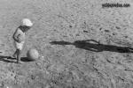 lustige Fotos zu  Männer, Kind, Ball
