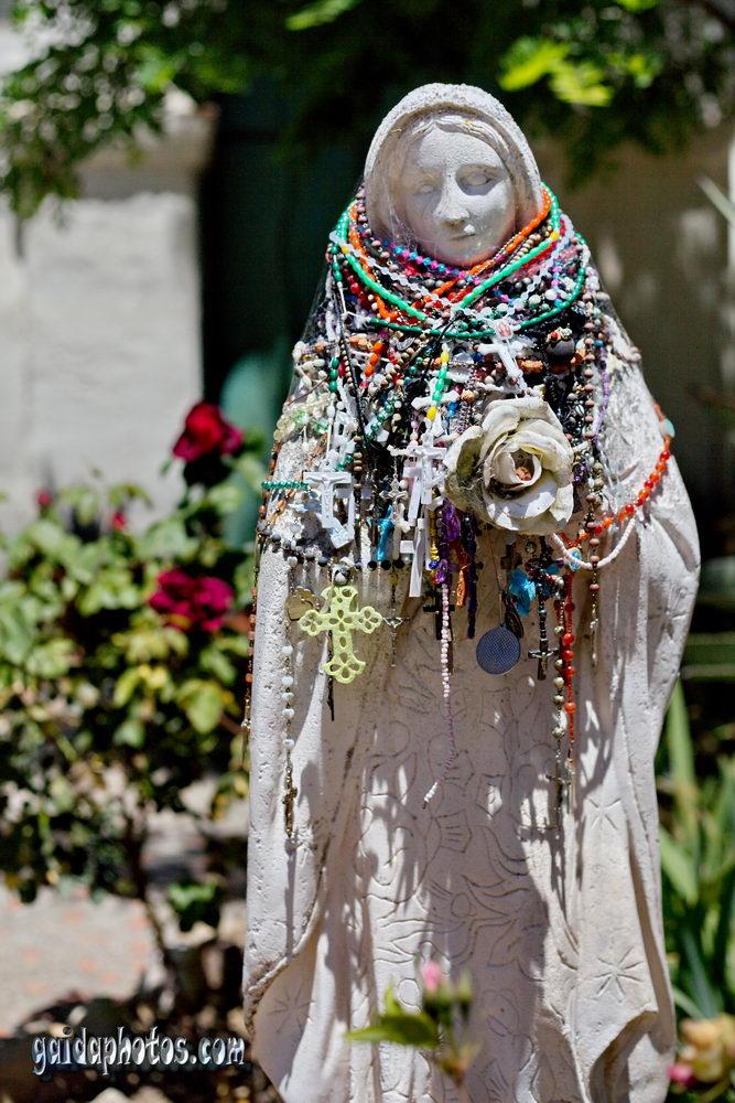 Marienstatue mit Perlenketten